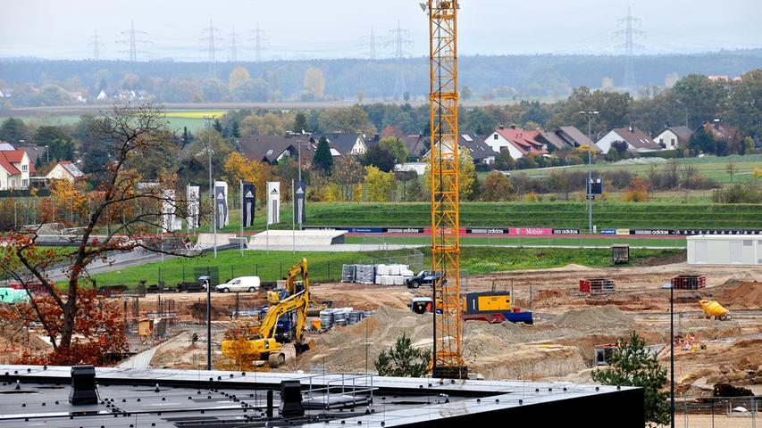 RESSORT: Lokales ..FOTO: Horst Linke ..MOTIV: adidas-Baustelle Laces vom Dach des Ramada-Hotels aus gesehen..