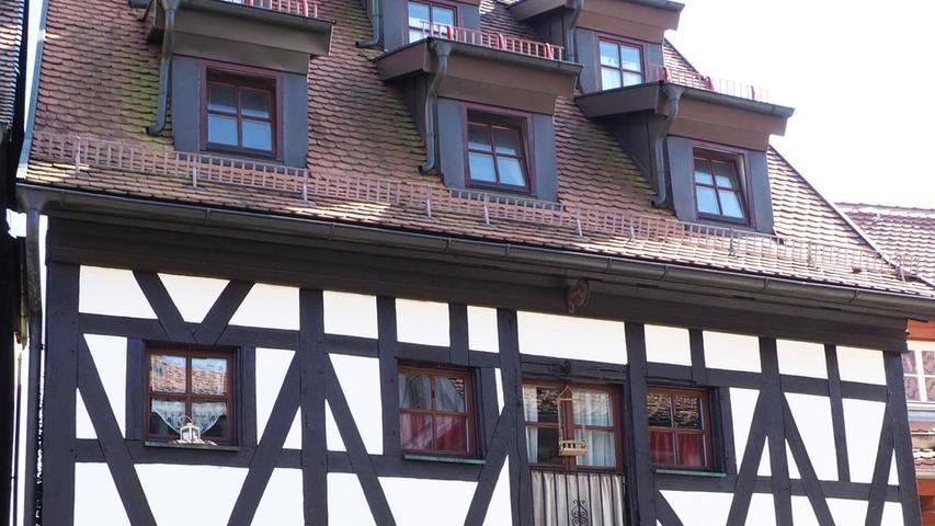 Das Rosengässchen 4 wurde 1342 als zweistöckiges Fachwerkhaus gebaut. Als Pfründehaus der Prädikatur des Stifts St. Martin wohnten hier...