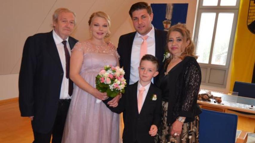 Im Trauungszimmer im Berger Rathaus haben sich Miriam Kolbe und Mirsad Quni vor Standesbeamtin Andrea Bogner Liebe und Treue versprochen, und diese hat die beidenjungen Leute schließlich