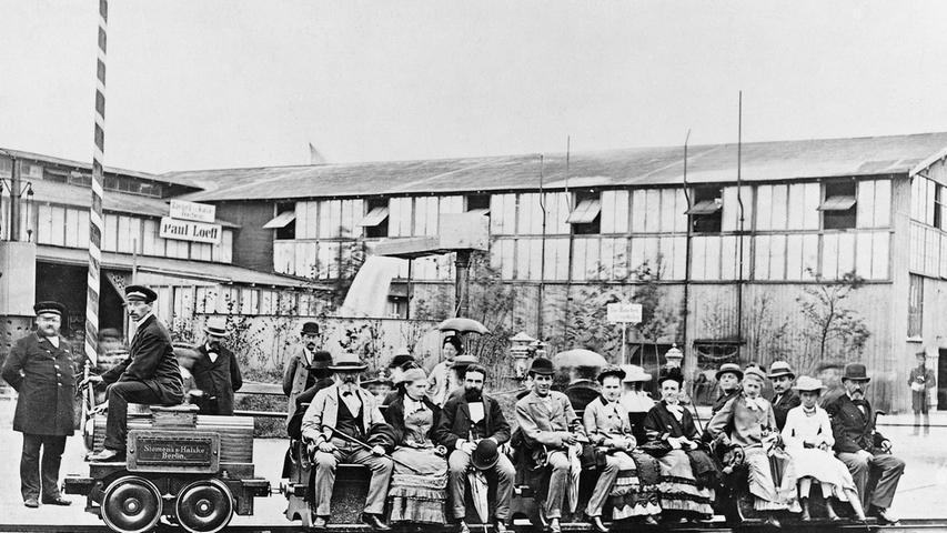 1879 präsentierte Siemens auf der Berliner Gewerbeausstellung die weltweit erste elektrische Eisenbahn. Grundlage dafür war das dynamoelektrische Prinzip, das Werner von Siemens 1866 entdeckt hatte.