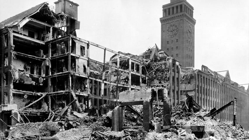 Während der Zeit des Nationalsozialismus wird auch die Geschäftstätigkeit von Siemens von Aufrüstung und Kriegswirtschaft bestimmt. Das macht die Werke zum Ziel für die alliierten Bomber. Das Ausmaß der Zerstörung zeigt sich vor allem im Vergleich mit dem Bild aus dem Jahr 1924 in dieser Bildergalerie sehr gut.
