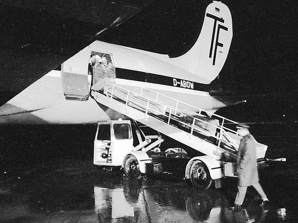 Vor den Freuden im trauten Familienkreis steht die harte Arbeit und das noch härtere Geschäft. Propeller- und Düsenflugzeuge bringen die blühende Fracht bis aus Südostasien nach Nürnberg.