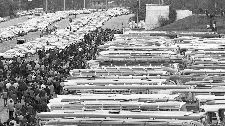 Ein Verkehrschaos blieb aus: 16.500 Pkw und 120 Omnibusse auf den Parkplätzen.  Hier geht es zum Artikel vom 12. Mai 1969: 70.000 strömten ins Fußballstadion