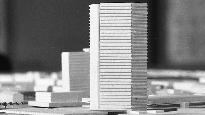 Die Nürnberger Bürger werden schon bald einen besonders schönen Blick auf das bezaubernde Panorama der Stadt werfen können. Die Voraussetzungen dafür schaffen bis spätestens 1971 die Wohnungsbaugesellschaft und die Stadtsparkasse, die zusammen im Gemeindezentrum Langwasser, zwischen der Oppelner und der Glogauer Straße gelegen, ein 30geschossiges Hochhaus errichten.  Hier geht es zum Artikel vom 13. Mai 1969: Italienische Freuden