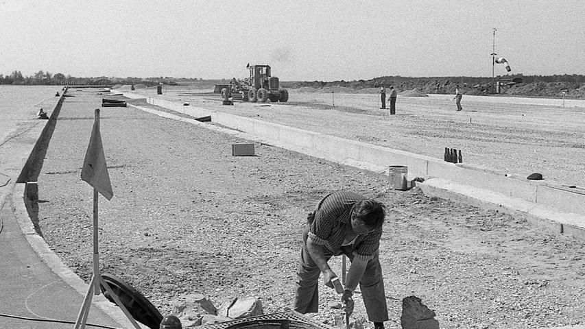 So sieht es im Augenblick auf dem Flughafen aus: das Vorfeld, das erheblich erweitert wird, ist eine große Baustelle.  Hier geht es zum Artikel vom 14. Mai 1969: Täglich landen 60 Düsenclipper