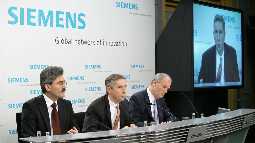 2006 fliegt bei Siemens der Korruptionsskandal auf. Klaus Kleinfeld (Mitte) wird das später seinen Job kosten. Sein Nach-Nachfolger wird 2013 schließlich der Mann, der hier ganz links auf dem Foto ist: Joe Kaeser, damals Finanzvorstand.