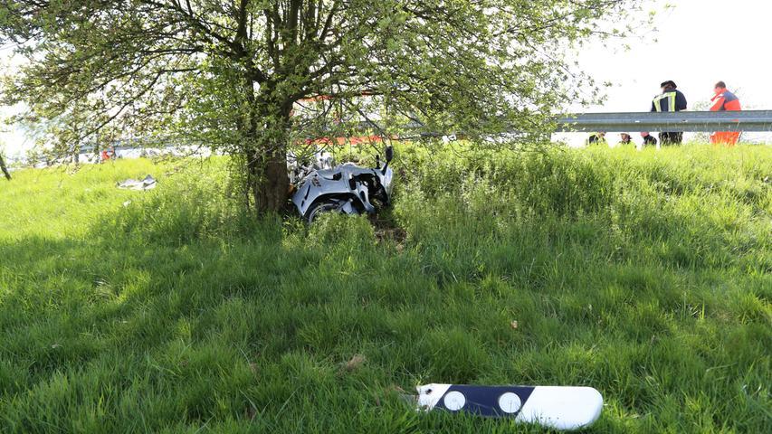 Ein Motorradunfall ereignete sich am Freitagnachmittag (10.05.2019) zwischen Hermannsreuth und Ebnath (Lkr. Tirschenreuth). Ein 41-Jähriger geriet mit seiner Maschine in einer links Kurve ins Schlingern und krachte gegen die Leitplanke. Der Fahrer zog sich dabei schwere Verletzungen zu und wurde mit einem Rettungshubschrauber nach Bayreuth ins Krankenhaus geflogen. Das Motorrad rutschte unter der Leitplanke durch und kam erst an einem Baum zum Stehen. Glück hatte der Motorradfahrer, da ihn Ersthelfer vorbildlich und fachgerecht versorgten, bis die Rettungskräfte eintrafen. Foto: NEWS5 / Wellenhöfer Weitere Informationen... https://www.news5.de/news/news/read/15472