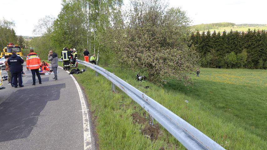 Privatpersonen bitte pixeln. Ein Motorradunfall ereignete sich am Freitagnachmittag (10.05.2019) zwischen Hermannsreuth und Ebnath (Lkr. Tirschenreuth). Ein 41-Jähriger geriet mit seiner Maschine in einer links Kurve ins Schlingern und krachte gegen die Leitplanke. Der Fahrer zog sich dabei schwere Verletzungen zu und wurde mit einem Rettungshubschrauber nach Bayreuth ins Krankenhaus geflogen. Das Motorrad rutschte unter der Leitplanke durch und kam erst an einem Baum zum Stehen. Glück hatte der Motorradfahrer, da ihn Ersthelfer vorbildlich und fachgerecht versorgten, bis die Rettungskräfte eintrafen. Foto: NEWS5 / Wellenhöfer Weitere Informationen... https://www.news5.de/news/news/read/15472