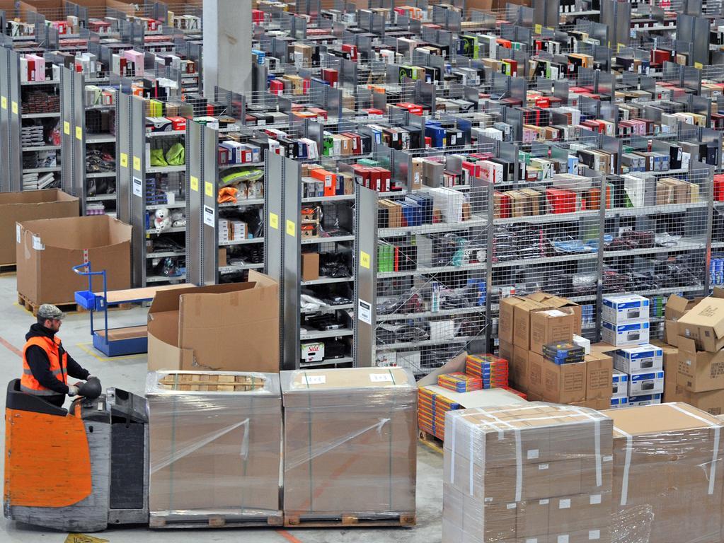 ILLUSTRATION - Päckchen des Online-Versandhändlers Amazon liegen am 20.12.2014 in einem Treppenhaus in Kassel (Hessen). Foto: Uwe Zucchi/dpa (zu dpa