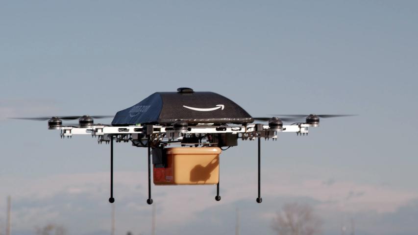 Auch die Paketdienste ächzen unter dem Druck von Amazon - der Versandhändler hat ihnen in der Vergangenheit niedrige Sonderpreise für die Zustellung abgetrotzt. Doch ihnen droht womöglich noch Schlimmeres: der Verlust der Geschäfte mit den Millionen Amazon-Paketen. Denn längst arbeitet Amazon an Wegen, die Pakete selbst zu den Kunden zu bringen. Perspektivisch forscht der Konzern sogar an Lieferdrohnen.