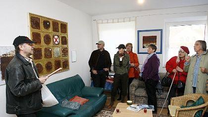 Bildkunst und Dichtkunst vereinten sich beim Literarischen Spaziergang mit Josef Uitz, der unter anderem in die Ateliers von Edith Maria Roth (links) und Ismail Atmali führte.