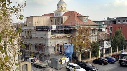 Glasaufbauten und Dachterrassen verändern die Silhouette der Jugendstilvilla deutlich.
