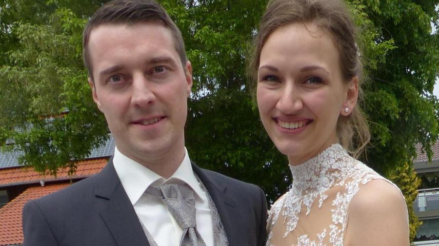 Zusammen mit der Hochzeitsgesellschaft sind die Brautleute Stefan und Marina Sendner, geborene Fersch, zur Berngauer Pfarrkirche
