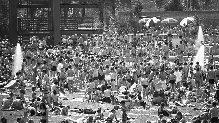 Zehntausend Menschen suchten gestern im Freibad West Erholung und Abkühlung. Das Wasser war 26 Grad warm.  Hier geht es zum Artikel vom 15. Mai 1969: Nürnberg stöhnt unter der Hitze.
