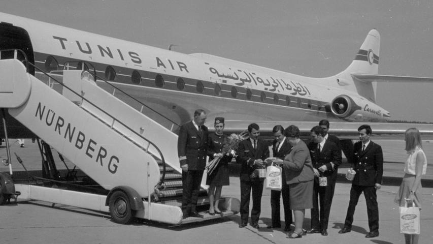 Kleine Geschenke zum Erstflug: Delegation und Flughafenmitarbeiter tauschen kleine Präsente untereinander aus.  Hier geht es zum Artikel vom 16. Mai 1969: Nonstop von Nürnberg nach Tunis  .