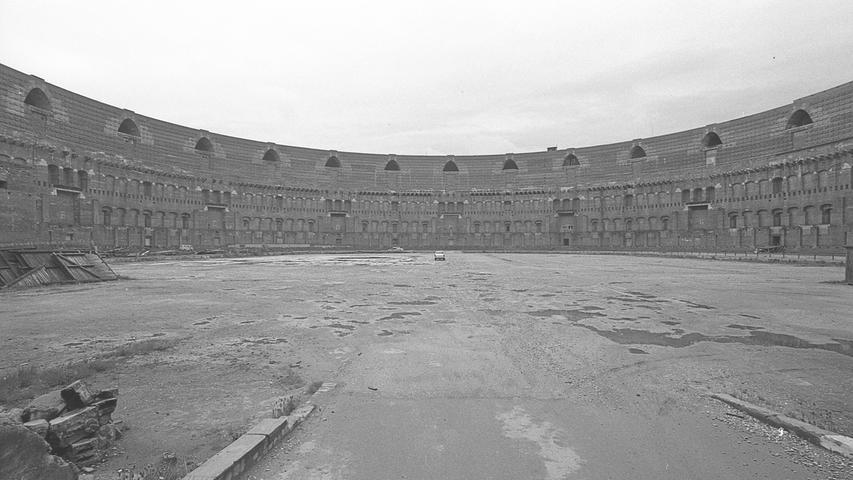 Der riesige Innenhof der Kongreßhalle – größer als der Hauptmarkt – faßt 1000 Autos. Doch nur selten wird von dieser Parkmöglichkeit Gebrauch gemacht.  Hier geht es zum Artikel vom 17. Mai 1969: Mit der Kongreßhalle weiterleben.