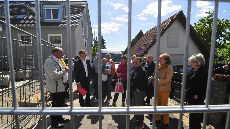 Teilweise mehr als fünf Meter hoch ist der Zaun, der einen Außenbereich der Schule in Kersbach umfasst.