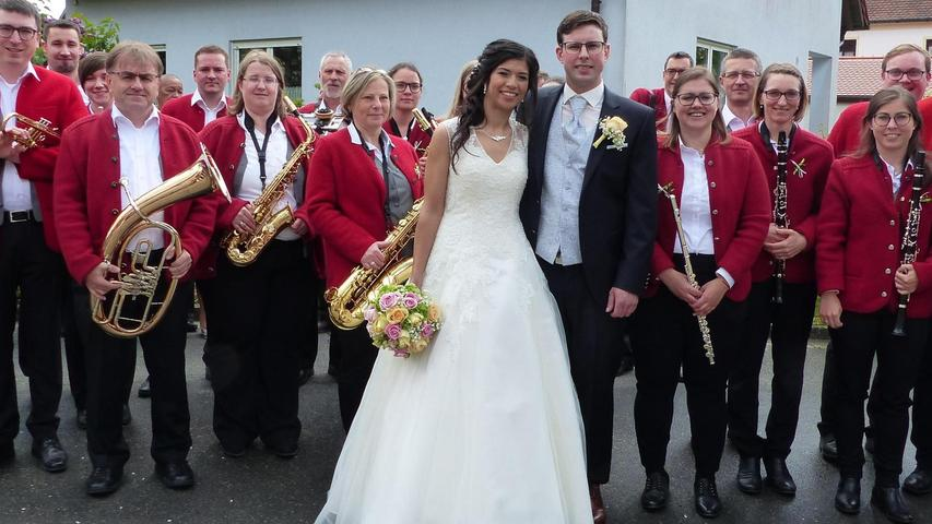Mit einem Kirchenzug, angeführt von der Blaskapelle Thannhausen, bei der die Braut mitspielt, sind die Brautleute Markus Kreuzer aus Berg und Evelyn Feßmaier aus Thannhausen zur Thannhausener Pfarrkirche