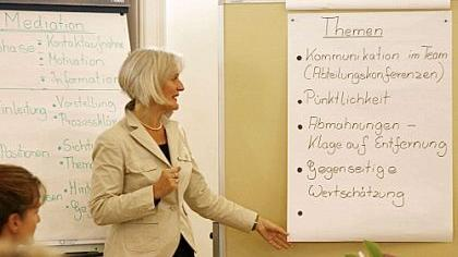 Bevor ein Konflikt gelöst werden kann, muss erst mal Klarheit über die Probleme herrschen. Mediatorin Renate Nordhardt erarbeitet im Gespräch eine Liste mit Themen, um die sich der fiktive Streit dreht.