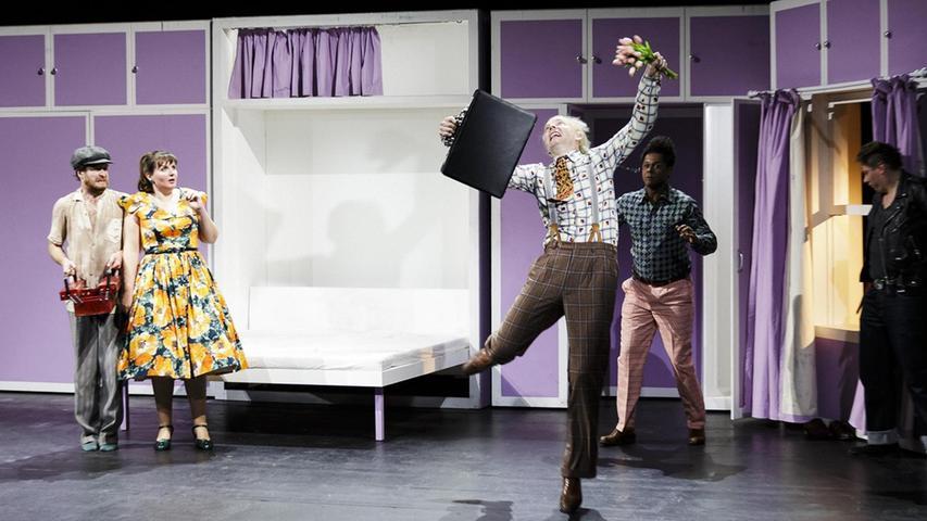 """Unter den Neuen am Nürnberger Staatstheater fiel Janning Kahnert vom Fleck weg auf – weil er im Publikumsrenner """"Komödie mit Banküberfall"""" (""""ein gutes Stück, um sich kennenzulernen"""") zwar eine kleine Rolle bekleidet, in dieser jedoch eine Serie von starken Szenen hat. Als trotteliger Bankangestellter Warren wird er von seinem Bühnenkollegen Pius Maria Cüppers nicht nur nach Strich und Faden vermöbelt, sondern hat auch den spektakulärsten Moment des Abends, wenn die Bühne kippt und er angeseilt eine senkrechte Wand hinauflaufen muss. """"Diese Szene ist ein Geschenk"""", nickt Kahnert, dem der Regisseur dafür ein """"Janning, Du musst fit sein!"""" mit auf den Weg gab – und das, wo der Schauspieler mit seinen 1 Meter 90 Körpergröße eigentlich ein eher entspanntes Verhältnis zur Fitness hat."""