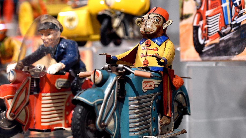Spaß muss sein: Bei Gama durfte auf dem Blechspielzeugmotorrad neben dem Wachtmeister auch ein Affe Platz Gas geben.