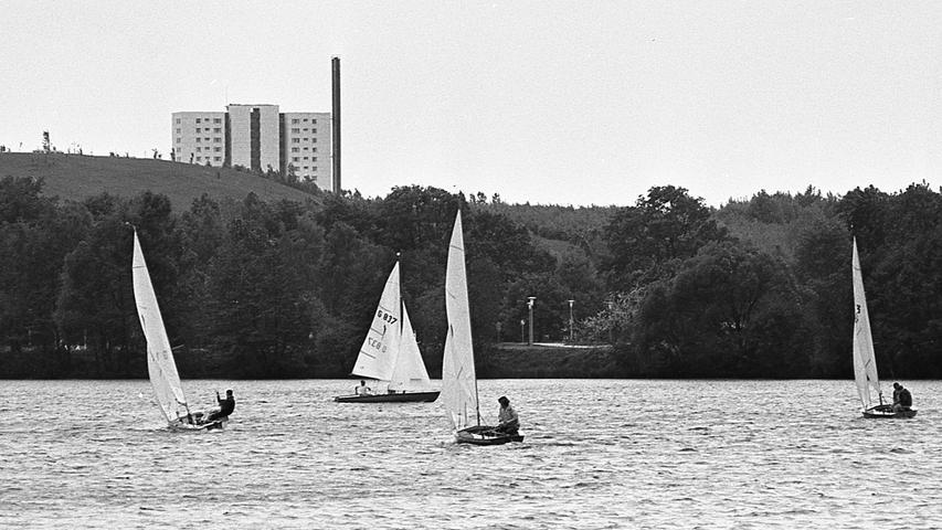 Einen Hauch von Chiemseeatmosphäre vermittelt der Dutzendteich mit den Hochhäusern von Neuselsbrunn im Hintergrund.  Hier geht es zum Artikel vom 19. Mai 1969: Urlaubserinnerungen am Dutzendteich
