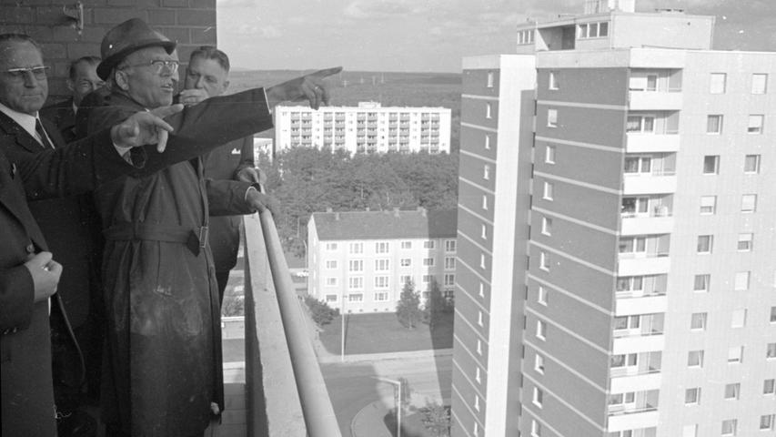 Architekt Adolf Dunkel erläutert den Festgästen die Wohnanlage Reichelsdorf und das herrliche Panorama, das man von drei vierzehngeschossigen Hochhäusern genießen kann.  Hier geht es zum Artikel vom 20. Mai 1969: