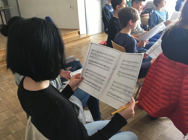 Zur Ausstattung einer Probe gehört: Notenblatt und Bleistift, um die Anmerkungen der Chorleiterin zu notieren.