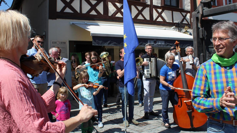 Um die 40 Streicher, Holz- und Blechbläser traten im Flashmob nacheinander nach vorne und spielten zusammen die Europahymne.