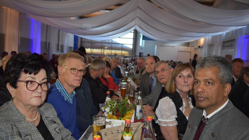 Festumzug 90 Jahre MGV Geschwand Tisch der Ehrengäste, darunter MdL Michael Hofmann als Schirmherr Foto von: Petra Malbrich Datum:19052019