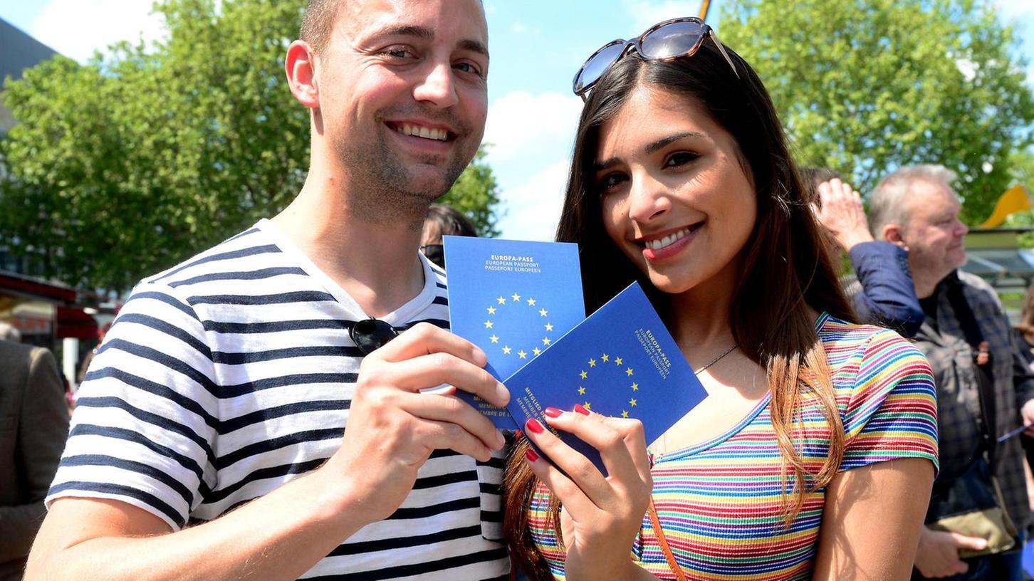 Mit Musik, Gesang und einem Europa-Pass, den sie verteilte, ermunterte die Initiative Pulse of Europe ihr Publikum in Fürth dazu, am Sonntag wählen zu gehen.