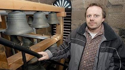 Die Glockenstube ist wieder bestückt. Hausmeister Alfred Gramlich inspizierte bei der gestrigen Klangprobe den Sitz der 25 Bronzeglocken im neu gezimmerten Glockenstuhl.