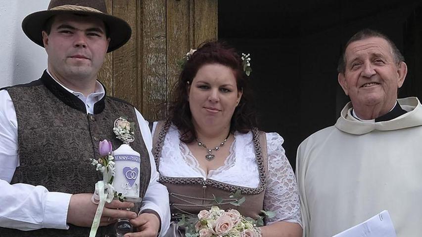 Jennifer Haubner und Michael Graf haben geheiratet. Die 32-jährige Braut und ihr Bräutigam (30) gaben sich erst auf dem Neumarkter Standesamt das Ja-Wort. Anschließend ging es nach Voggenthal zur kleinen Kapelle, wo Bruder Siegfried einen Wortgottesdienst feierte. Gefeiert wurde dann im Gasthaus Gruber in Brunn. Wohnen werden die frisch gebackenen Eheleute in Pilsach.
