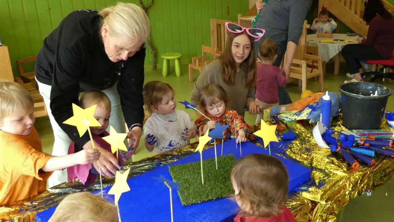 Die Kunst als Brückenschlag in Europa vermittelte Elke Rogler-Klukas den Kindern im Dachsbacher