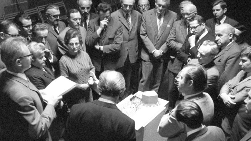 """Vor 50 Jahren stellte der damalige Kulturreferent Hermann Glaser (links) den Stadträten in der Kaiserstallung an einem Modell das """"Noricama""""-Konzept vor.  Hier geht es zum Artikel vom 22. Mai 1969: Jubiläumsprogramm fürs Dürer-Jahr vorgestellt"""