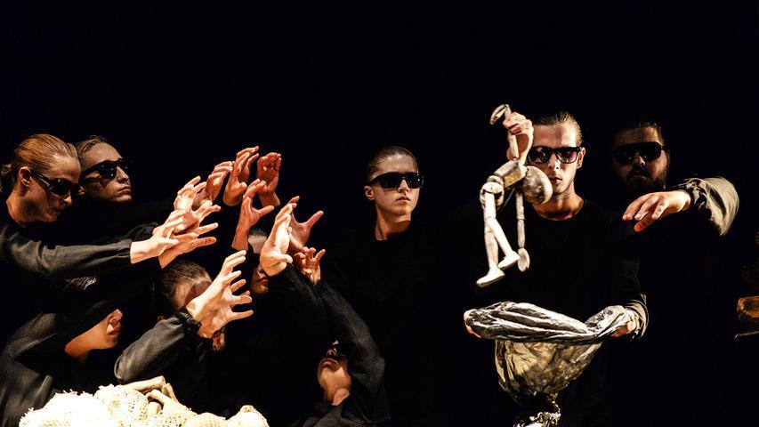 """Die beiden Landstreicher Estragon und Wladimir warten an einer Landstraße auf Godot. Vergebens – denn erscheinen wird dieser nie. Samuel Becketts berühmtestes Werk """"Warten auf Godot"""" wird von der rumänischen Synchret Theatre Company neu interpretiert und am 1. Juni Fürth als deutsche Erstaufführung präsentiert."""
