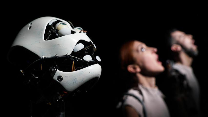 """Um unser Verhältnis zu Künstlichen Intelligenzen geht es in """"Robot Dreams"""" der Stuttgarter Compagnie Meinhardt & Krauss. Darin treffen drei Tänzerinnen und Tänzer auf Automaten, Roboter sowie animatronische Körperteile und begegnen der künstlichen Intelligenz ToMoMi. Ein Code und Elektrizität lassen die Maschinen-Objekte lebendig werden. Sie sind nicht menschlich, nicht tierisch, aber auch keine reinen Objekte mehr – sie haben eine Präsenz, eine Magie (26. Mai, Fürth, 27. Mai, Erlangen)."""