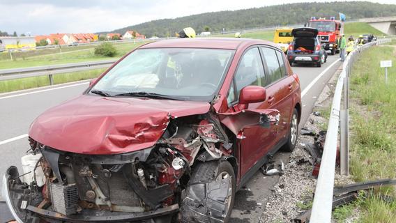 Unfall auf B13: Nissan prallt bei Lehrberg gegen zwei Autos
