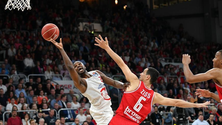 22.05.2019 --- Basketball --- Saison 2018 2019 --- 1. Bundesliga easycredit BBL --- 2. Spiel Playoff-Viertelfinale: Brose Bamberg - Rasta Vechta --- .Josh Young (8, Rasta Vechta) gegen Nikos Zisis (6, Brose Bamberg).---- Foto: Hans-Martin Issler/ isslerimages ----.......
