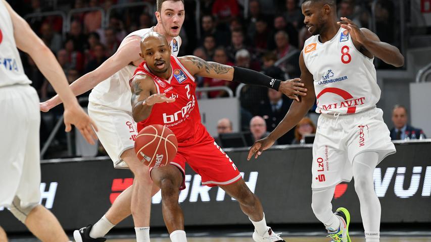 22.05.2019 --- Basketball --- Saison 2018 2019 --- 1. Bundesliga easycredit BBL --- 2. Spiel Playoff-Viertelfinale: Brose Bamberg - Rasta Vechta --- .Ricky Hickman (2, Brose Bamberg) gegen Philipp Herkenhoff (14, Rasta Vechta) und Josh Young (8, Rasta Vechta).---- Foto: Hans-Martin Issler/ isslerimages ----.......