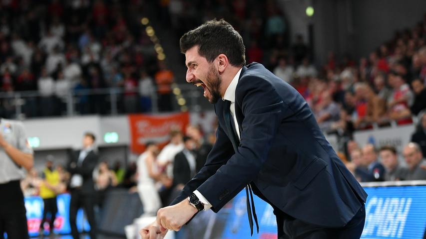 22.05.2019 --- Basketball --- Saison 2018 2019 --- 1. Bundesliga easycredit BBL --- 2. Spiel Playoff-Viertelfinale: Brose Bamberg - Rasta Vechta --- .Headcoach / Trainer Federico Perego (Brose Bamberg) jubelt.---- Foto: Hans-Martin Issler/ isslerimages ----.......