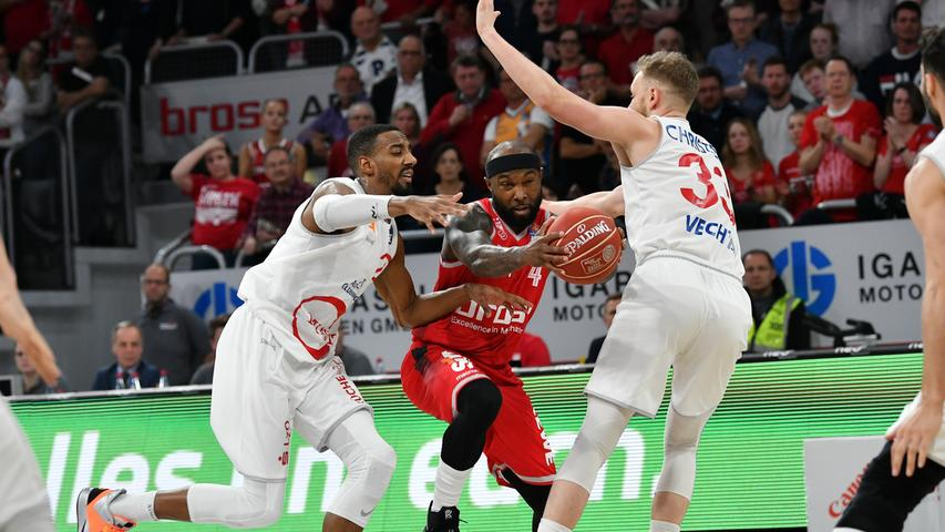 22.05.2019 --- Basketball --- Saison 2018 2019 --- 1. Bundesliga easycredit BBL --- 2. Spiel Playoff-Viertelfinale: Brose Bamberg - Rasta Vechta --- .Tyrese Rice (4, Brose Bamberg) gegen Austin Hollins (20, Rasta Vechta) und Robin Christen (33, Rasta Vechta).---- Foto: Hans-Martin Issler/ isslerimages ----.......