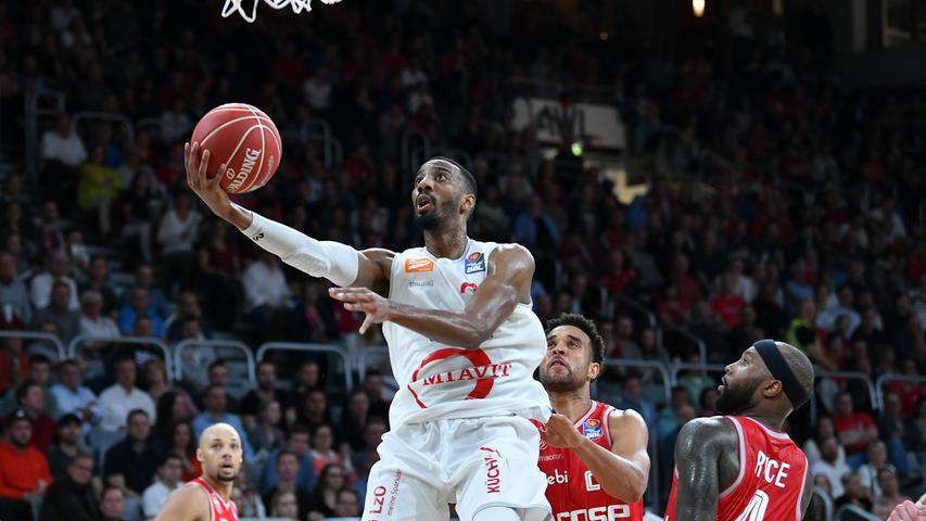 22.05.2019 --- Basketball --- Saison 2018 2019 --- 1. Bundesliga easycredit BBL --- 2. Spiel Playoff-Viertelfinale: Brose Bamberg - Rasta Vechta --- .Austin Hollins (20, Rasta Vechta) gegen Elias Harris (20, Brose Bamberg) und Tyrese Rice (4, Brose Bamberg).---- Foto: Hans-Martin Issler/ isslerimages ----.......