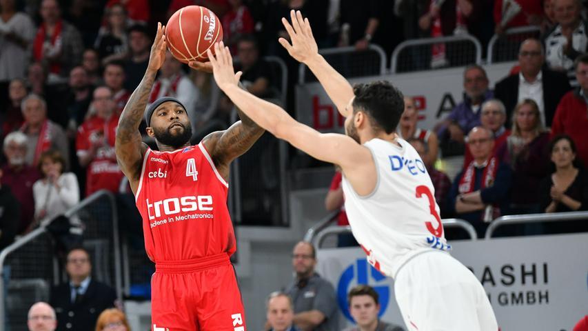 22.05.2019 --- Basketball --- Saison 2018 2019 --- 1. Bundesliga easycredit BBL --- 2. Spiel Playoff-Viertelfinale: Brose Bamberg - Rasta Vechta --- .Tyrese Rice (4, Brose Bamberg) wirft gegen Maximilian DiLeo (3, Rasta Vechta).---- Foto: Hans-Martin Issler/ isslerimages ----.......