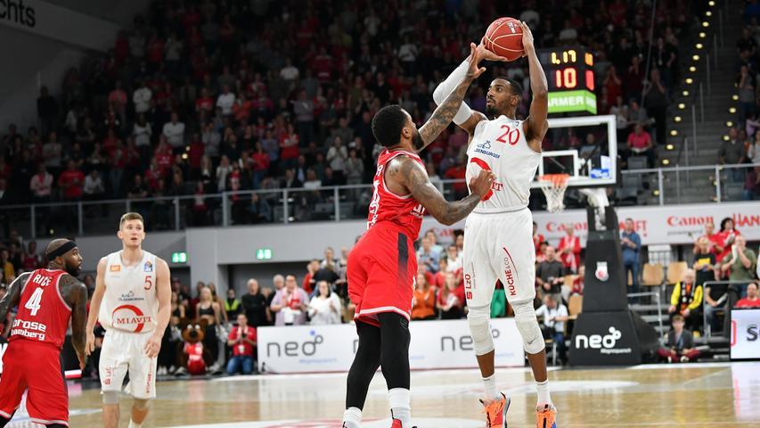 22.05.2019 --- Basketball --- Saison 2018 2019 --- 1. Bundesliga easycredit BBL --- 2. Spiel Playoff-Viertelfinale: Brose Bamberg - Rasta Vechta --- .Austin Hollins (20, Rasta Vechta) mit Dreier gegen Bryce Taylor (44, Brose Bamberg).---- Foto: Hans-Martin Issler/ isslerimages ----.......