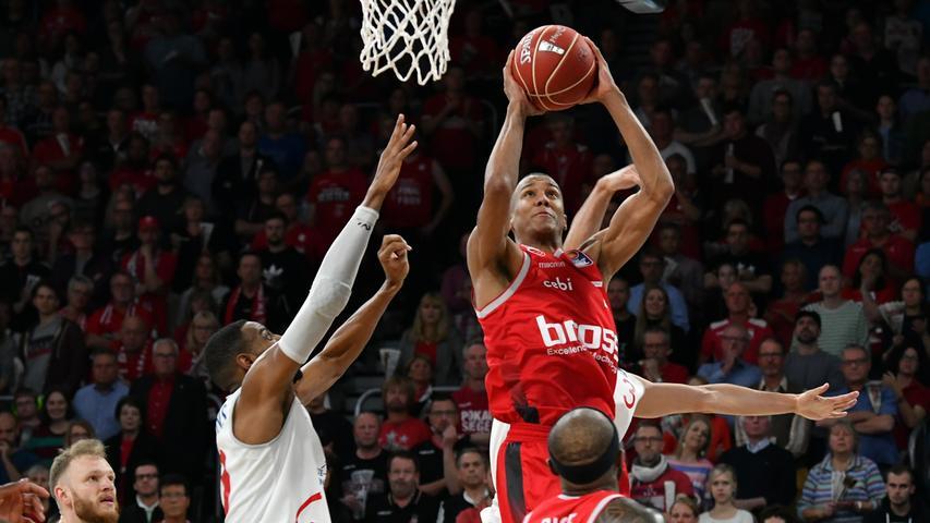 22.05.2019 --- Basketball --- Saison 2018 2019 --- 1. Bundesliga easycredit BBL --- 2. Spiel Playoff-Viertelfinale: Brose Bamberg - Rasta Vechta --- .Louis Olinde (16, Brose Bamberg) gegen Austin Hollins (20, Rasta Vechta) und Maximilian DiLeo (3, Rasta Vechta).---- Foto: Hans-Martin Issler/ isslerimages ----.......
