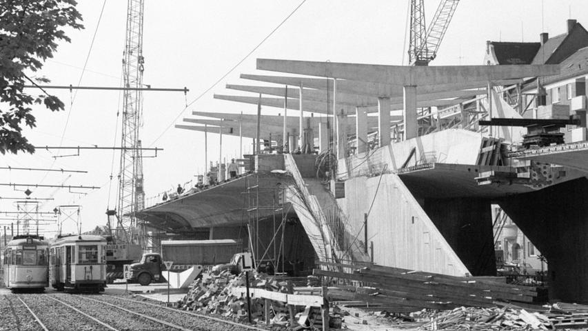 Die sechs Kilometer zwischen Bauernfeindstraße und Plärrer kosten 200 Millionen Mark – Neun Bahnhöfe sind eingeplant – Möglichst viel offene Bauweise erstrebt.  Hier geht es zum Artikel vom 23. Mai 1969: Linienführung der U1 festgelegt.