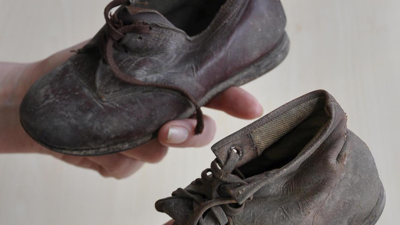 Funde aus dem Türmersturm: Die handgenähten Kinderschuhe werden nicht restauriert, sondern in dem Zustand erhalten, in dem sie vorgefunden wurden.