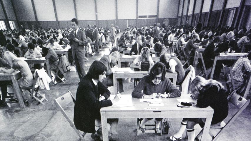 1700 Lehrlinge 'fiebern' dem Gehilfenbrief entgegen: kaufmännisches fachwissen ist Trumpf. Hier geht es zum Artikel vom 24. Mai 1969: Kaufmannsprüfung in der Messehalle.