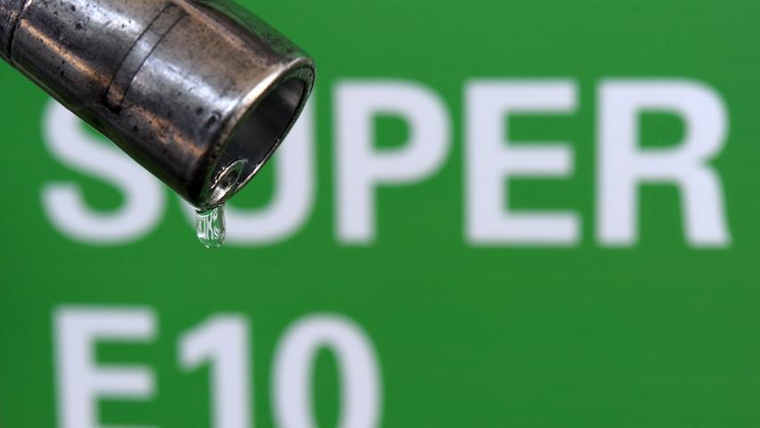 Apps und Websites wie clever-tanken.de, mehr-tanken.de und kraftstoffbilliger.de helfen bei der Suche nach der günstigsten Tankstelle.